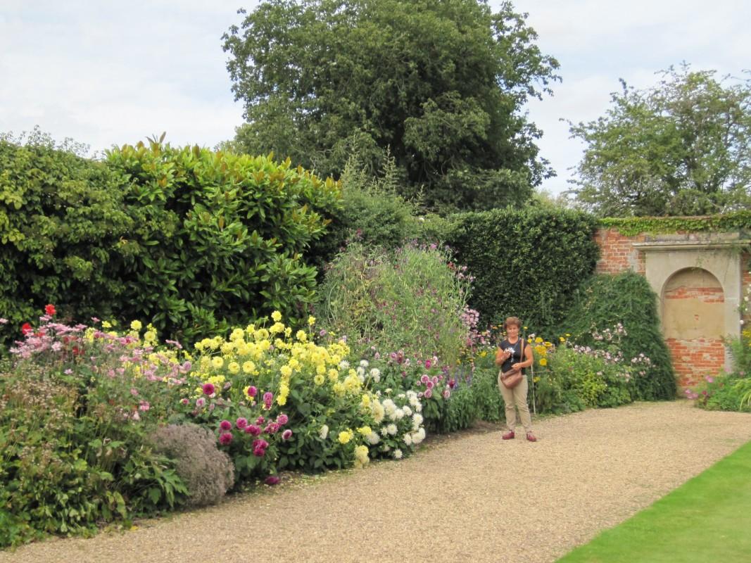 Los jardines de alrededor de la casa son de tipo formal del siglo XIV ...